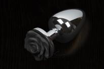 Маленькая серебряная пробочка с черной розой
