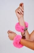 Шикарные наручники с пушистым розовым мехом Be Mine