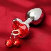 Анальная втулка с красным кристаллом в форме сердца и колокольчиками