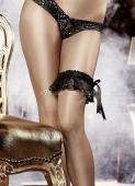 Черная кружевная подвязка на ногу